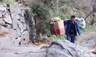 即将消失的泰山挑山工:每天挑百斤物品过万级石阶